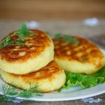 Krompirjeve pogačice z žafranom in lešnikovo skorjico