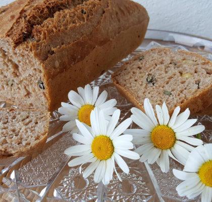 Domač pirin kruh s semeni